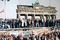 Pád Berlínské zdi v listopadu a prosinci 1989. Na snímku situace v blízkosti Brandenburské brány