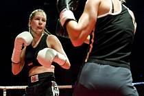 Česká boxerka z Rusla Marina Krašeninnikovová (vlevo).