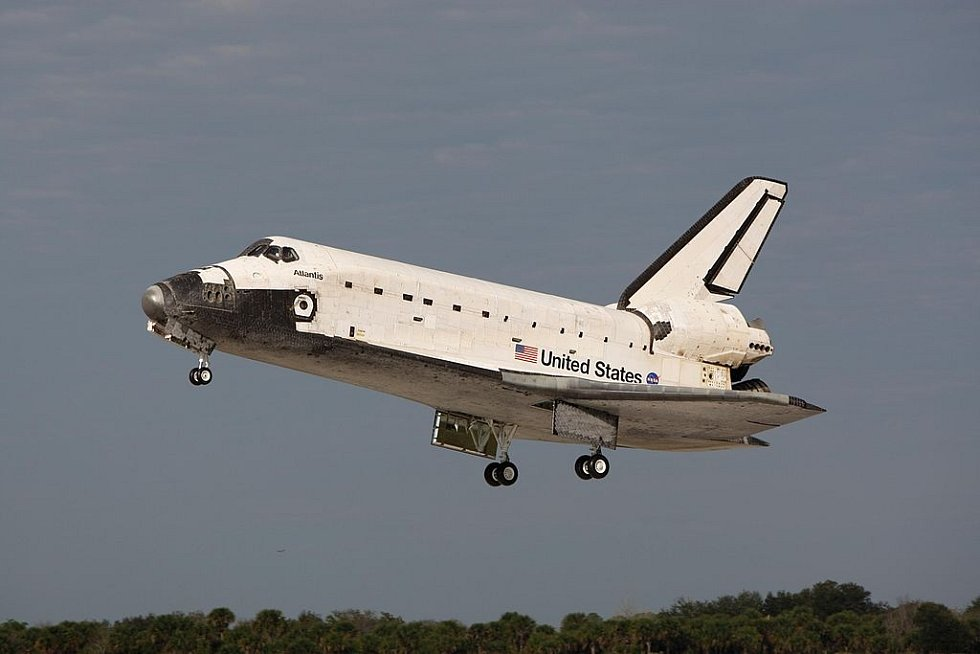 Raketoplán Atlantis při jednom z přistání v Kennedyho vesmírném středisku.