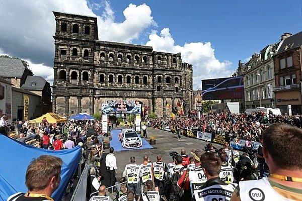 Pódium pro vítěze Německé rallye je umístěno před zachovalou starořímskou bránou Porta Nigra. Mimochodem, Trevír je považován za nejstarší město vNěmecku.