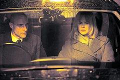 POTÍŽISTKA. Tou tak trochu je Christine, která si ve filmu Dřív než půjdu spát zaboha nemůže vzpomenout, kdo je (Mark Strong a Nicole Kidmanová).