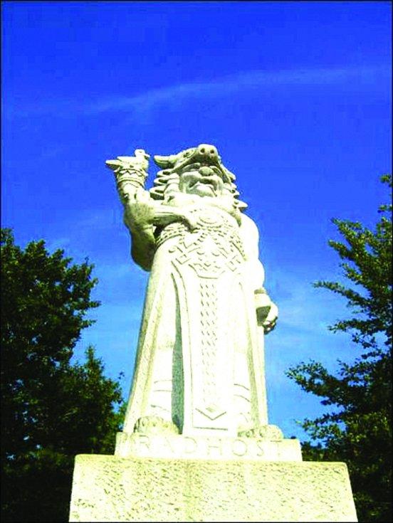 Hora Radhošť. Stojí na ní žulová socha slovanského boha hojnosti, sklizně, ohně a slunce Radegasta. Je vyobrazen s býčí hlavou a rohem hojnosti.