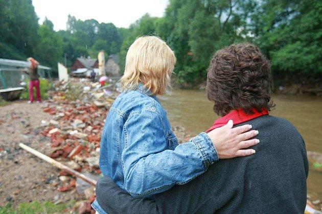 Nové Vsi u Chrastavy místní odklízejí škody po povodni. Jeden dům se totálně sesypal, jsou poničené mosty, podemleté silnice.
