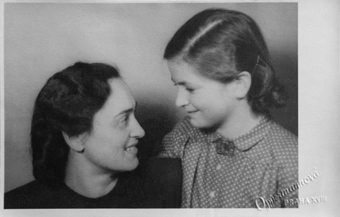 Věra Duľová rozená Richterová s maminkou.