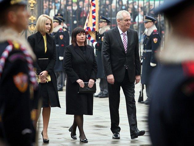 Miloš Zeman přijíždí na Pražský hrad.