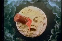 Cesta na Měsíc - Podivuhodná cesta: Snímek Georgese Mélièse, natočený roku 1902, se stal blockbusterem ve filmové historii, který byl však zapomenut. Roku 1993 byla objevena barevná filmová kopie, a tak se rozjela nákladná restaurace.