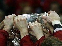 Na trofej pro světové šampiony si chce sáhnout každý.