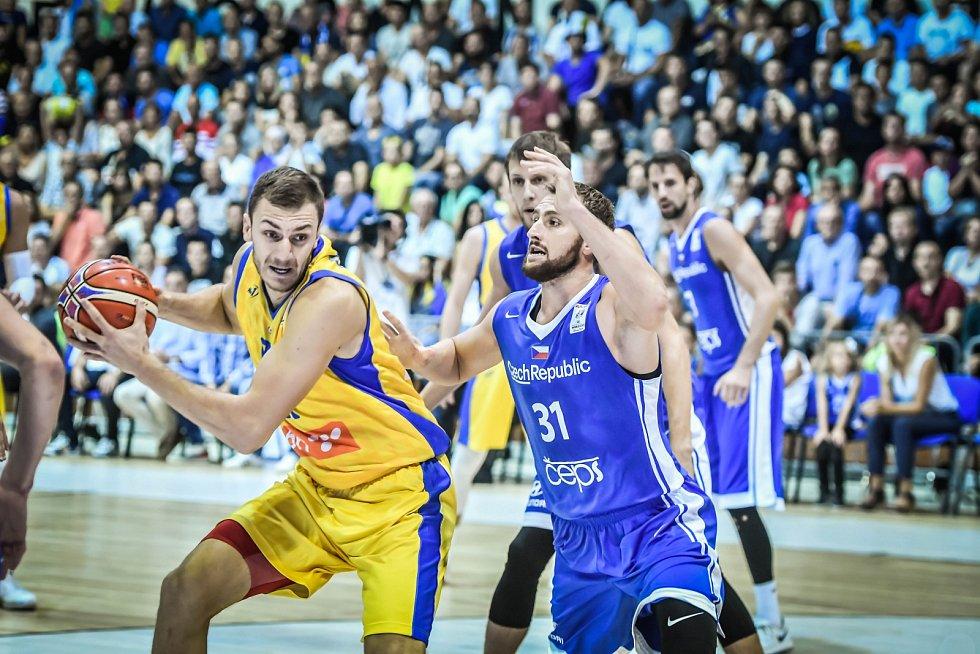 Martin Kříž (vpravo) se snaží získat míč v kvalifikačním utkání o MS proti Bosně a Hercegovině.
