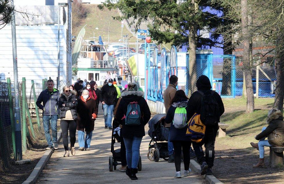 Prázdná nezůstala brněnská přehrada ani v sobotu 6. března, lidé, kteří žijí na území města, sem vyrazili v hojném počtu. Na dodržování opatření dohlížela policie.