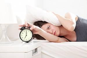 Posunovat budík pro prodloužení spánku narušuje náladu