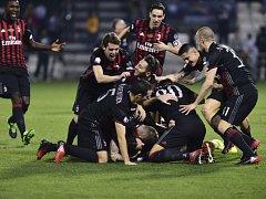 Fotbalisté AC Milán se radují ze zisku Superpoháru.