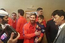 Hvězda Barcelony Lionel Messi s afghánským chlapcem.