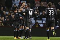 Fotbalisté Manchesteru City se radují z gólu Carlose Téveze (vlevo) proti Aston Ville.