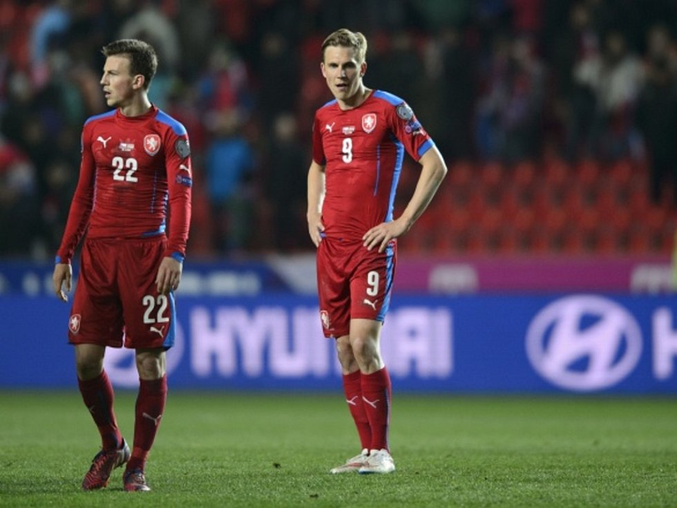 Čeští fotbalisté Vladimír Darida (vlevo) a Bořek Dočkal proti Lotyšsku.