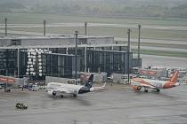 Letadla společností Lufthansa (vlevo) a Easyjet stojí před terminálem 1 berlínského letiště Willyho Brandta