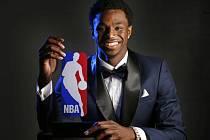 Rozehrávač Minnesoty Andrew Wiggins se stal nováčkem roku NBA.