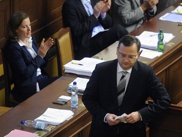 Petr Nečas a Karolína Peake na jednání sněmovny 18. července 2012