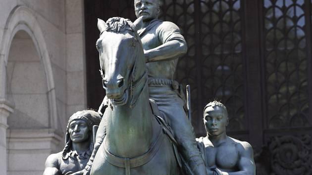 Socha někdejšího amerického prezidenta Theodora Roosevelta před vchodem Amerického přírodovědného muzea v New Yorku