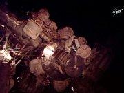 Astronauti Scott Kelly a Kjell Lindgren provádějí údržbu ISS.