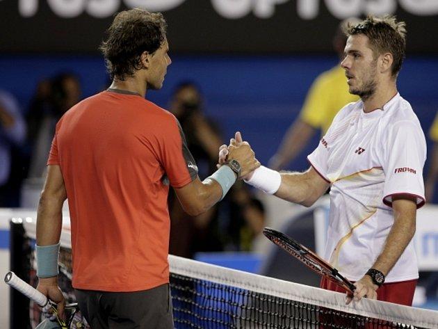 Rafael Nadal gratuluje Stanislasu Wawrinkovi k titulu z Australian Open.