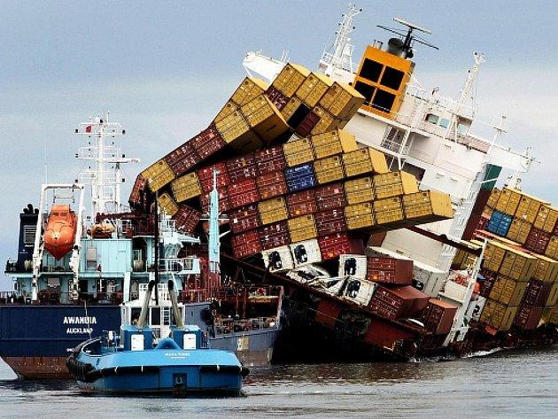 Nákladní loď Rena, která uvízla na útesu u pobřeží Nového Zélandu.