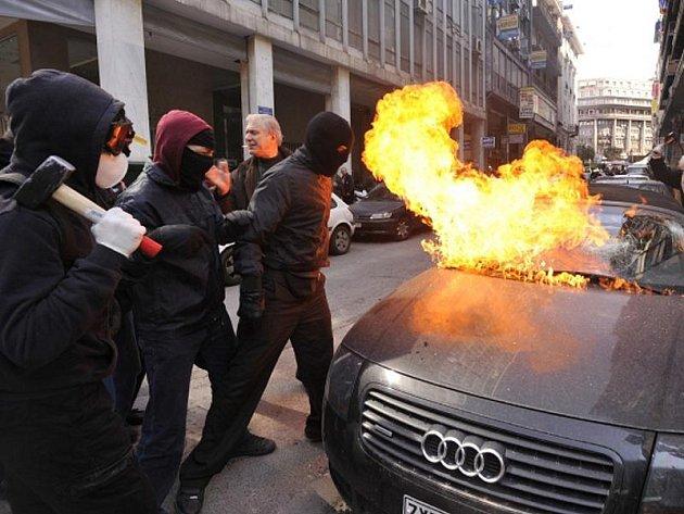 K vážným střetům došlo v centru Atén mezi řeckou policií a demonstranty, kteří protestovali proti vládním úsporným opatřením na podporu ekonomiky.