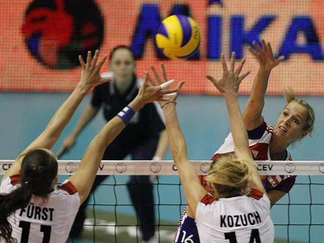 Česká volejbalistka Helena Havelková (vpravo) smečuje na ME v duelu s Německem.