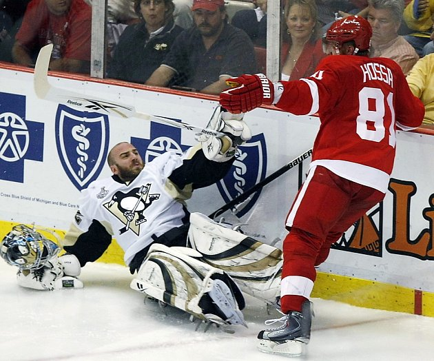 Marián Hossa z Detroitu (v červeném) tvrdě atakoval gólmana Pittsburghu Mathieu Garona.