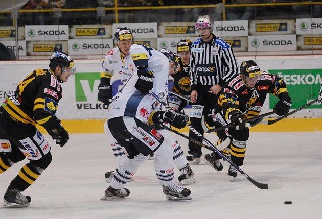 Hokejisté Litvínova porazili Liberec 5:2 a díky třetí výhře z posledních čtyř utkání se vrátili zpět mezi první šestku.
