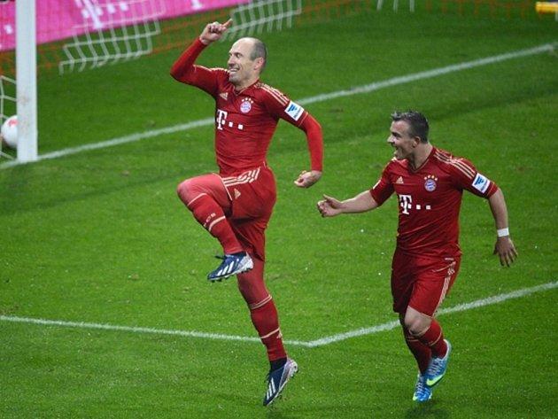 Arjen Robben z Bayernu (vlevo) oslavuje s Xherdanem Shaqirim jeden z devíti gólů do sítě Hamburku.