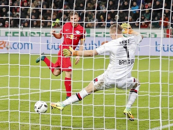 Willi Orban střílí vítězný gól Lipska v Leverkusenu.