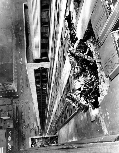 Trosky bombardéru B-25 vyčnívají z mrakodrapu Empire State Building, poté co pilot do budovy v mlze narazil.