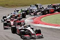 Lewis Hamilton v McLarenu jede v čele Velké ceny Itálie krátce po startu závodu.