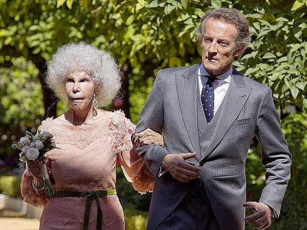 Jedna z nejbohatších španělských šlechtičen, vévodkyně z Alby, se dnes ve svých 85 letech provdala za svého o 25 let mladšího snoubence Alfonse Díeze.