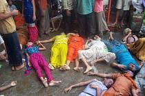 Tisíce poutníků z celé Indie se shromáždily u příležitosti svátku Šraván Navratás, který začal v sobotu. V davu byli někteří lidé ušlapáni. Kromě žen jsou mezi mrtvými i děti.