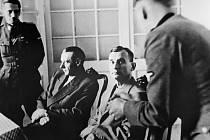 Generálové Rudolf Viest a Ján Golian po zajetí při výslechu v Bratislavě