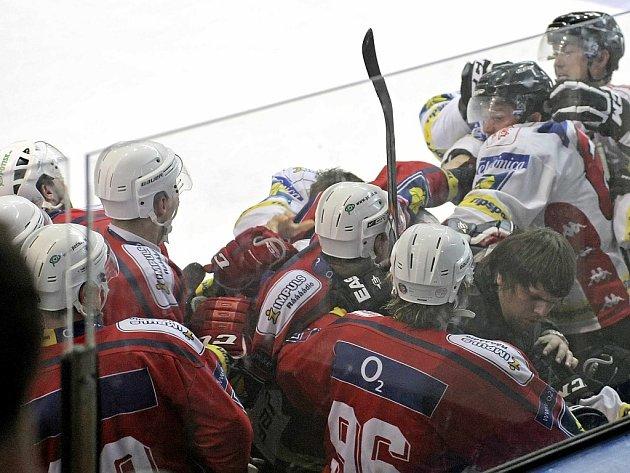 Hromadná bitka ukončila přípravný zápas mezi hokejisty Třebíče a Znojma.