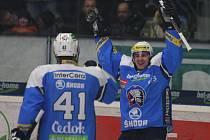 Hokejisté Plzně Ondřej Havlíček (vpravo) a Jiří Marušák se radují z gólu.