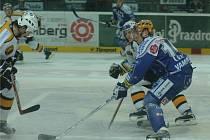 Hokejisté Lasselsbergeru včera podlehli Litvínovu 3:6. Na snímku svádí plzeňský útočník Petr Vampola (vpředu) souboj s jedním z protihráčů.