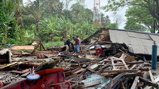 Vlna tsunami si v Indonésii v prosinci 2018 vyžádala desítky mrtvých