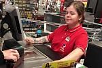 Prodavačka v Kauflandu v pražské Michli měla na ruce symbol hákového kříže