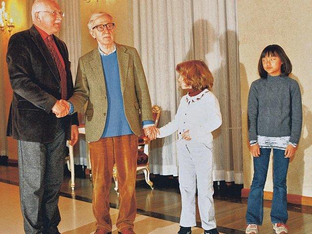 Na Hradě. Woody Allenovi se prezidentské sídlo líbilo. Na snímku se svými dcerami na návštěvě u Václava Klause.