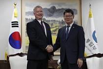Zvláštní americký zmocněnec pro Severní Koreu Stephen Biegun (vlevo) si podává ruku s ministrem pro sjednocení Kimem Jonem-čchulem.