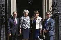 Britská premiérka Theresa Mayová (druhá zleva), předsedkyně unionistů (DUP) Arlene Fosterová, místopředseda DUP Nigel Dodds (vlevo) a a poslanec za severoirskou stranu Jeffrey Donaldson