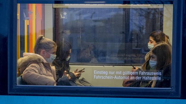 Cestující v rouškách jedou metrem v německém Frankfurtu nad Mohanem, 28. října 2020.