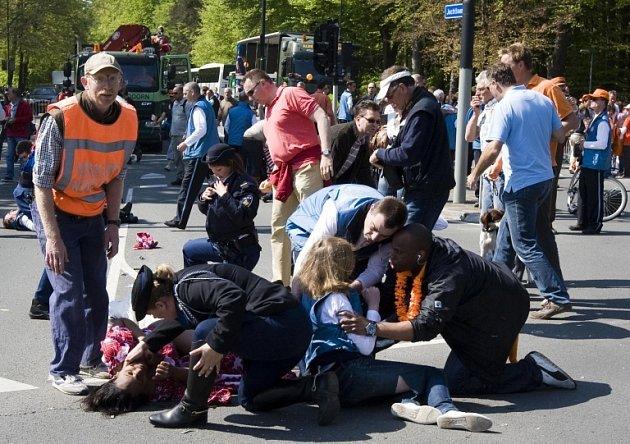 Čtyři lidé zemřeli poté, co auto najelo do davu, oslavujícího nizozemskou královnu ve městě Apeldoorn.