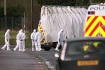 Neznámí útočníci ozbrojení automatickými puškami napadli v sobotu večer britskou vojenskou základnu v hrabství Antrim. Při útoku zahynuli dva vojáci a další čtyři lidé byli zraněni