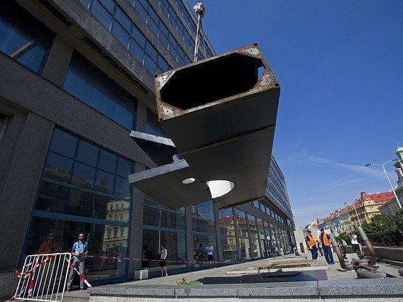 Národní galerie pokračovala 23. srpna v odstraňování rozměrných plastik, které zdobily prostranství před Veletržním palácem v Praze.