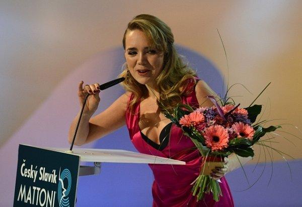 Stříbrná slavice Lucie Vondráčková při přebírání ceny.