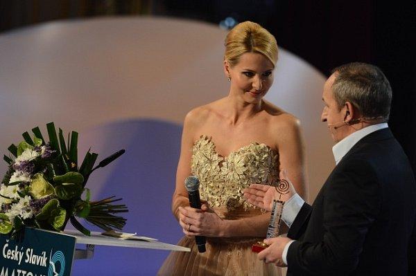 Manželka Karla Gotta Ivana přebrala nejprve za svého muže cenu zpěvák roku, poté iabsolutního slavíka.